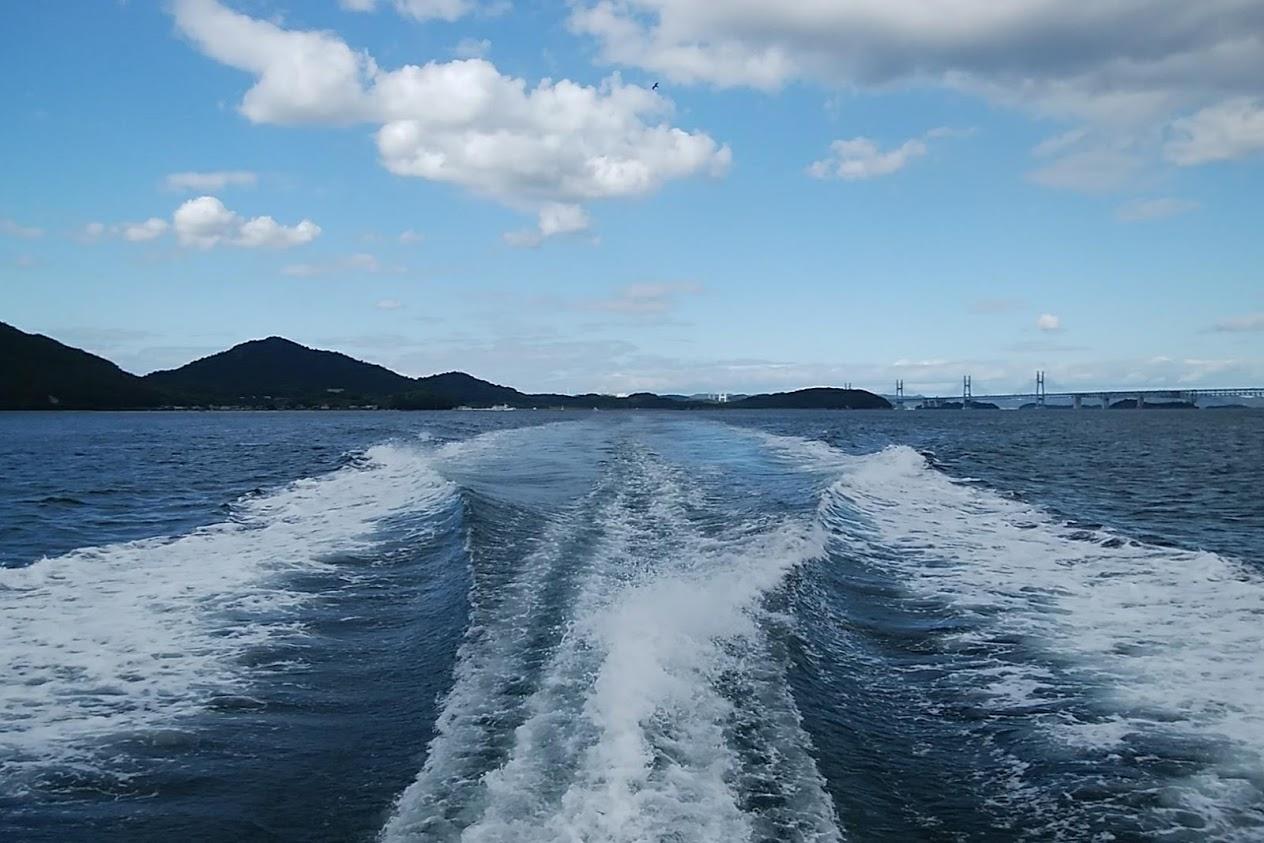 塩飽本島から丸亀港へ船で向かう途中に見える本島(画像左)と瀬戸大橋