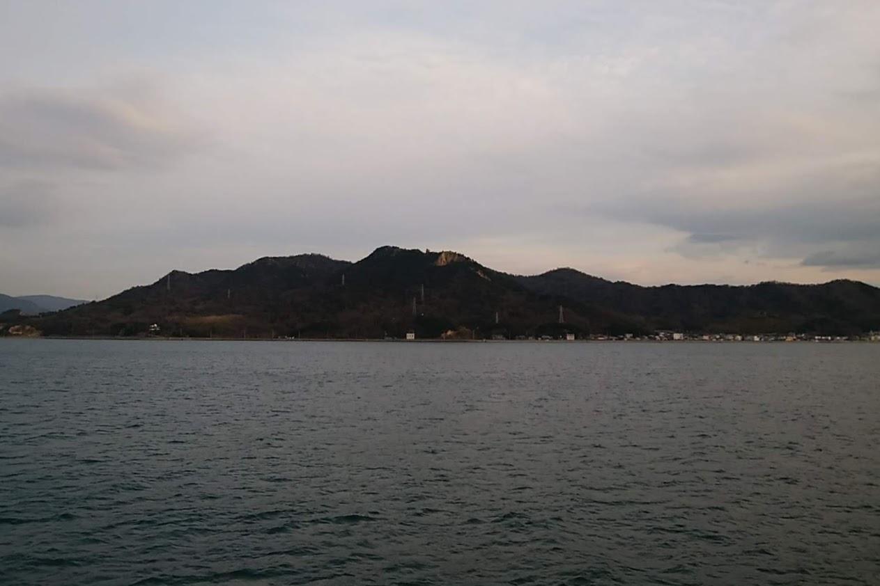 小豆島フェリーから見る重岩
