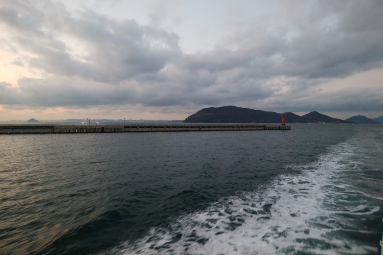 フェリーから見る夕景の女木島