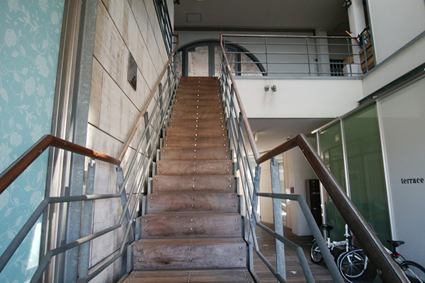鬼滅の刃カフェの前の階段