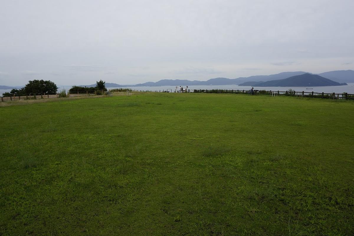 大串半島の芝生広場から見る小豆島