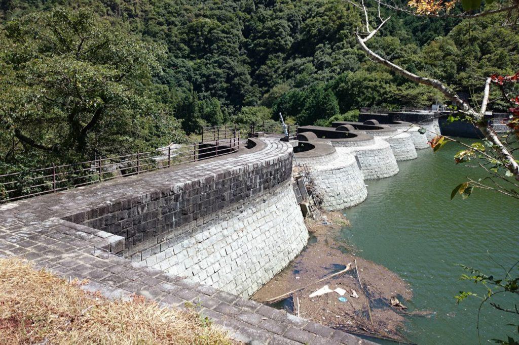 豊稔池 上部 放水により水量が下がっている