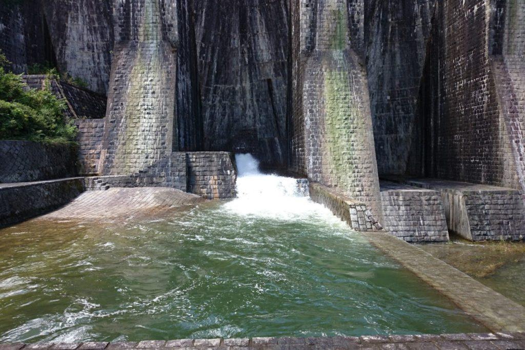豊稔池ダム 中樋から放水