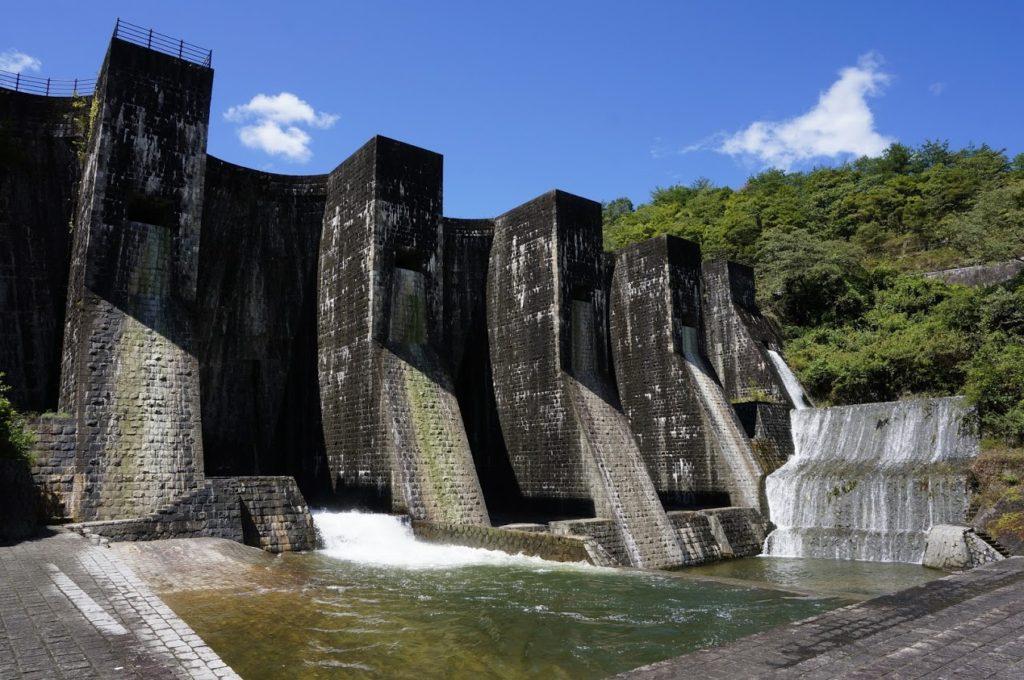豊稔池ダム 中樋・上樋から放水