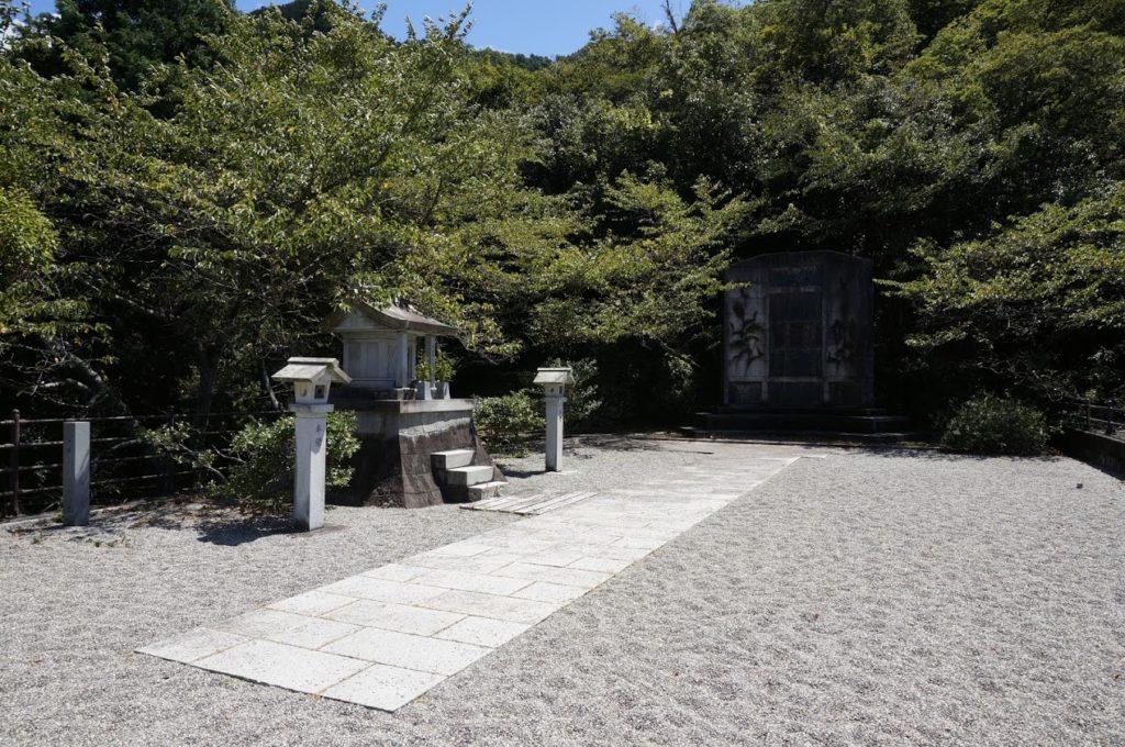 豊稔池ダム 水神社と豊稔池碑
