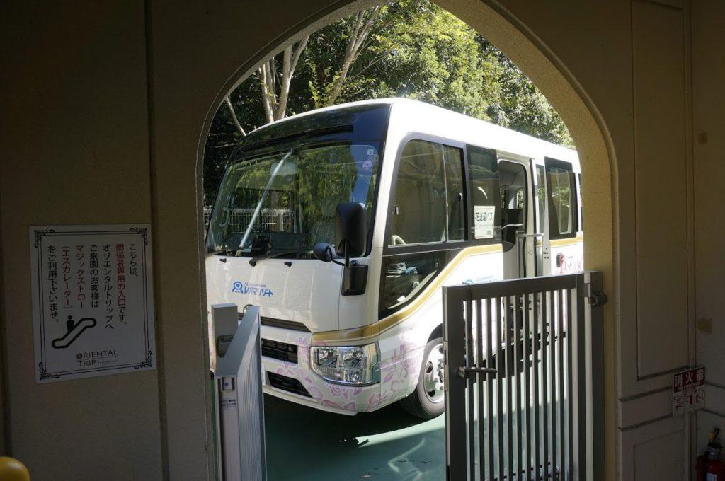 オリエンタルトリップ入口の送迎バス