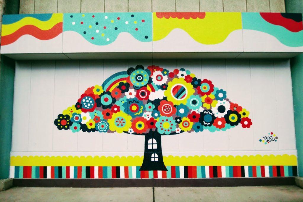 高松市中央卸売市場関連商品売場棟の壁アート市場の木