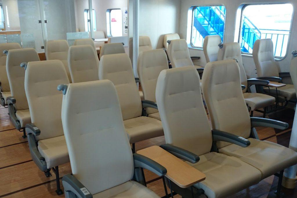 内海フェリー ブルーライン 客室前方シート