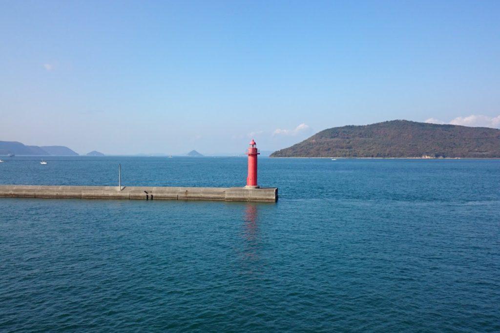 高松港 沖合の赤灯台