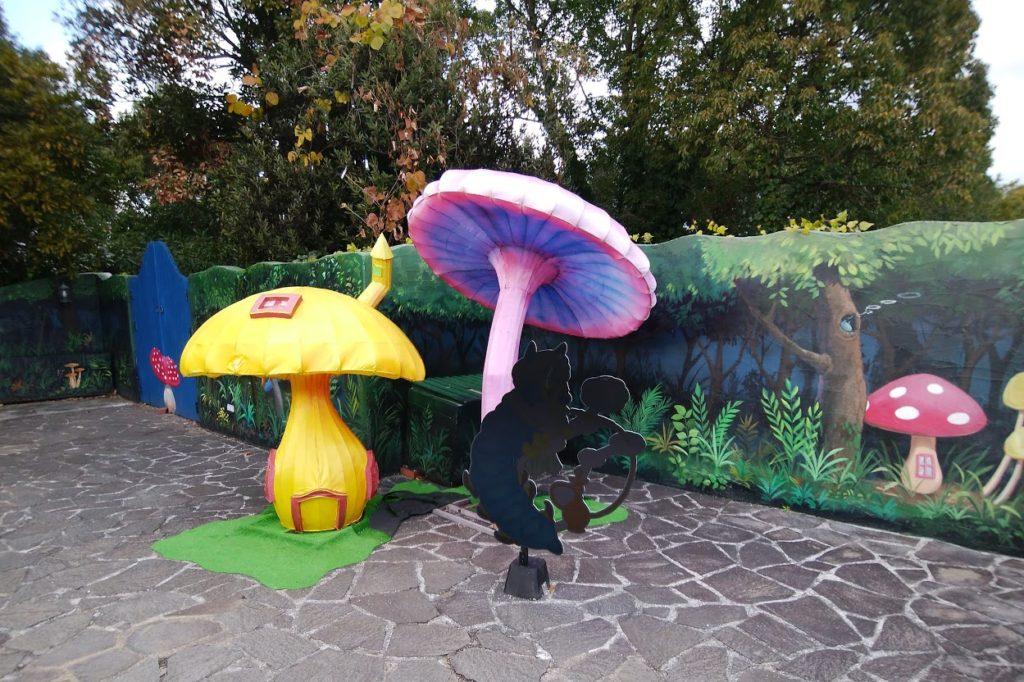 青いイモムシの森のフォトスポットアリスのマジカルナイトウォーク レオマワールド