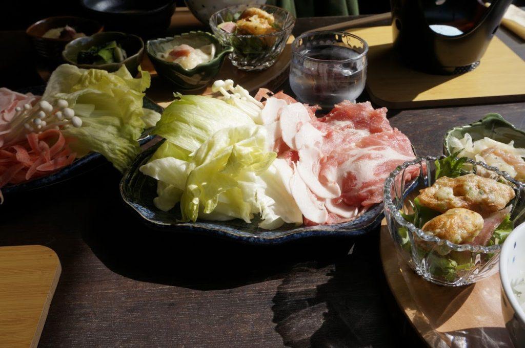 島のゲストハウスとカフェ ogijimaゆくるのランチオリーブ豚のしゃぶしゃぶ