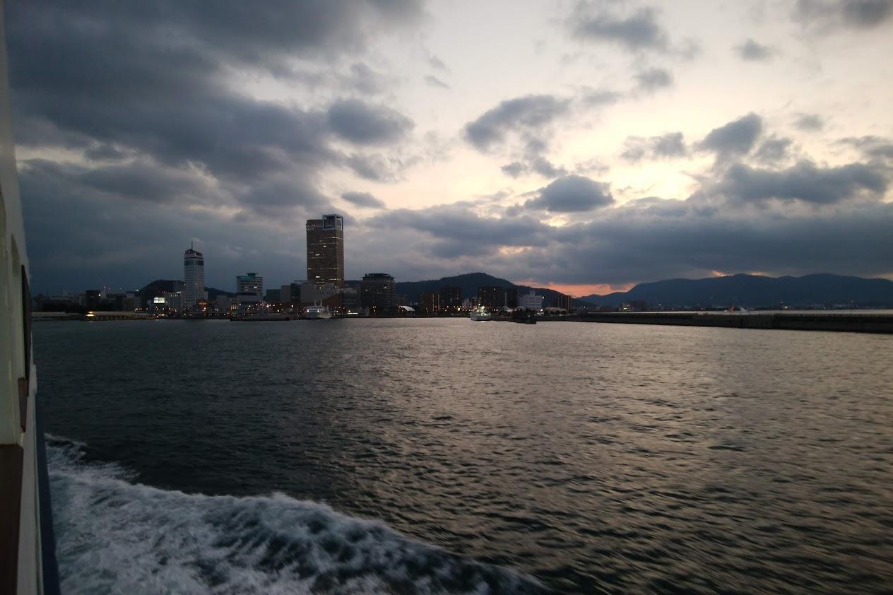 フェリーから見る夕景の高松港