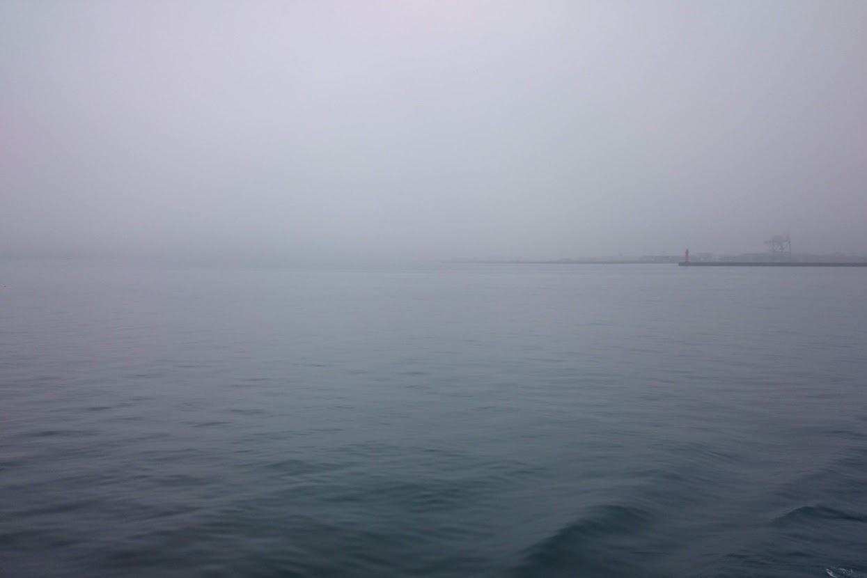 霞む高松港沖