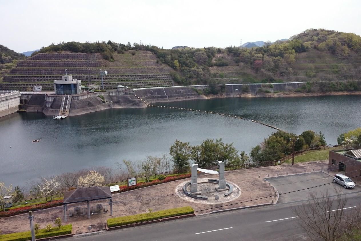 山上公園への階段から見る門入ダム