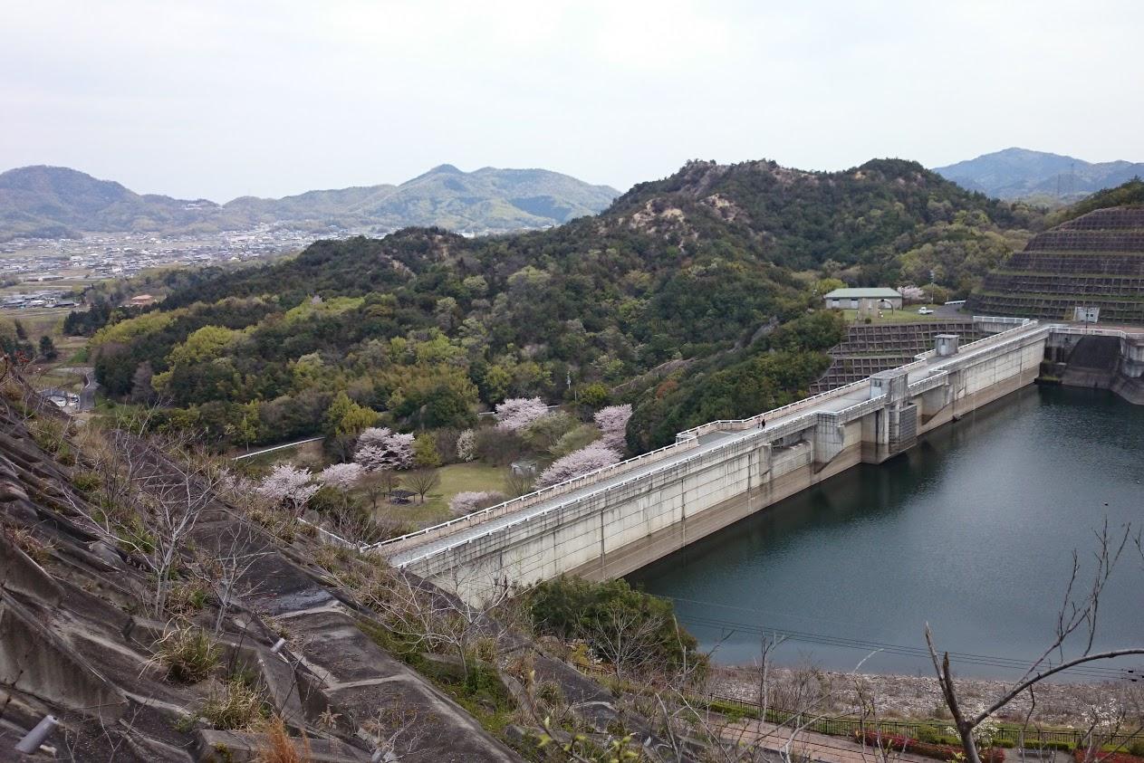 山上公園への階段から門入ダムを見下ろす