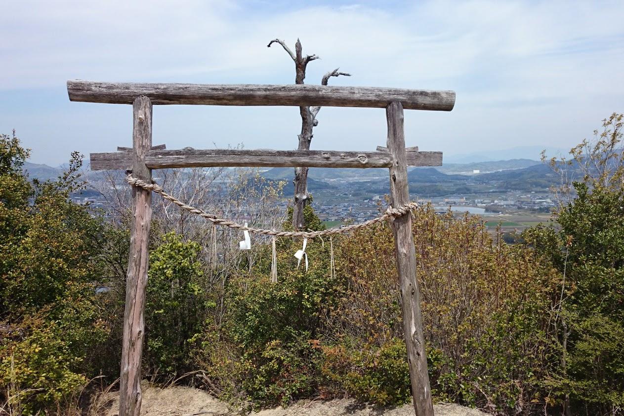 山上神社行者堂前の鳥居から