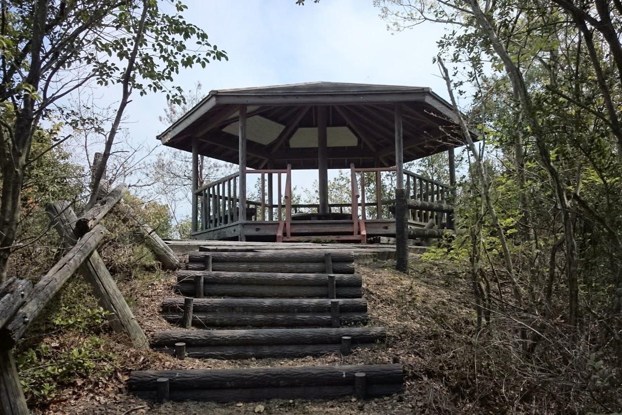山上神社の上にある東屋