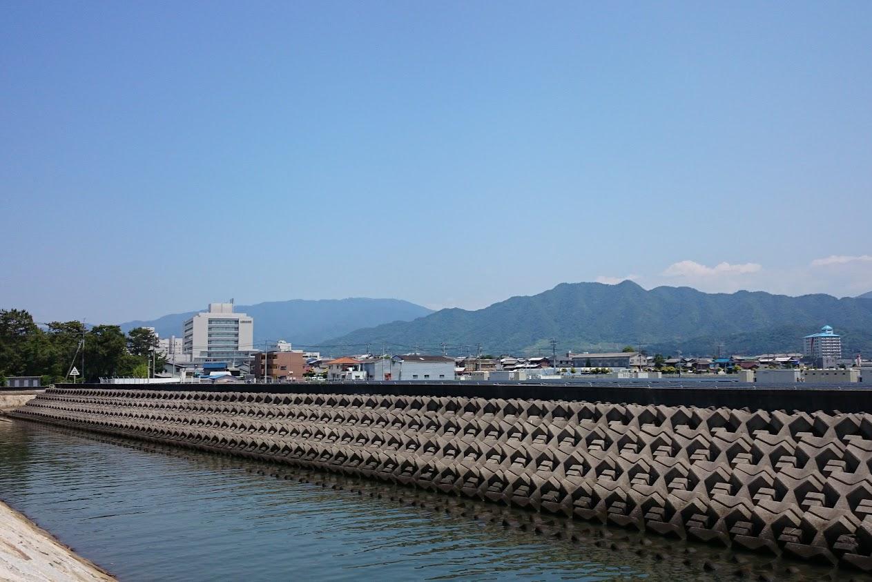 一の宮海岸南側の突堤から見る讃岐山脈