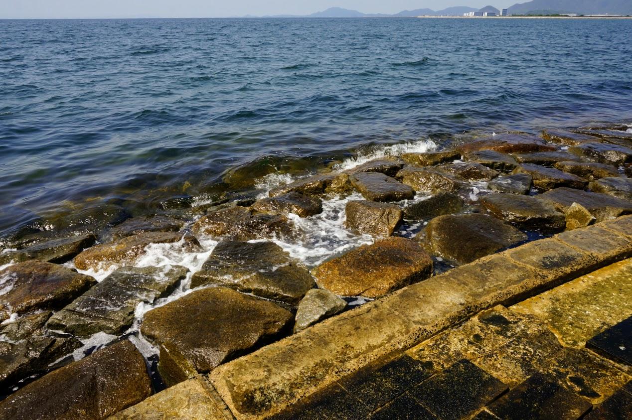 一の宮海岸南側の突堤に打ち寄せる波