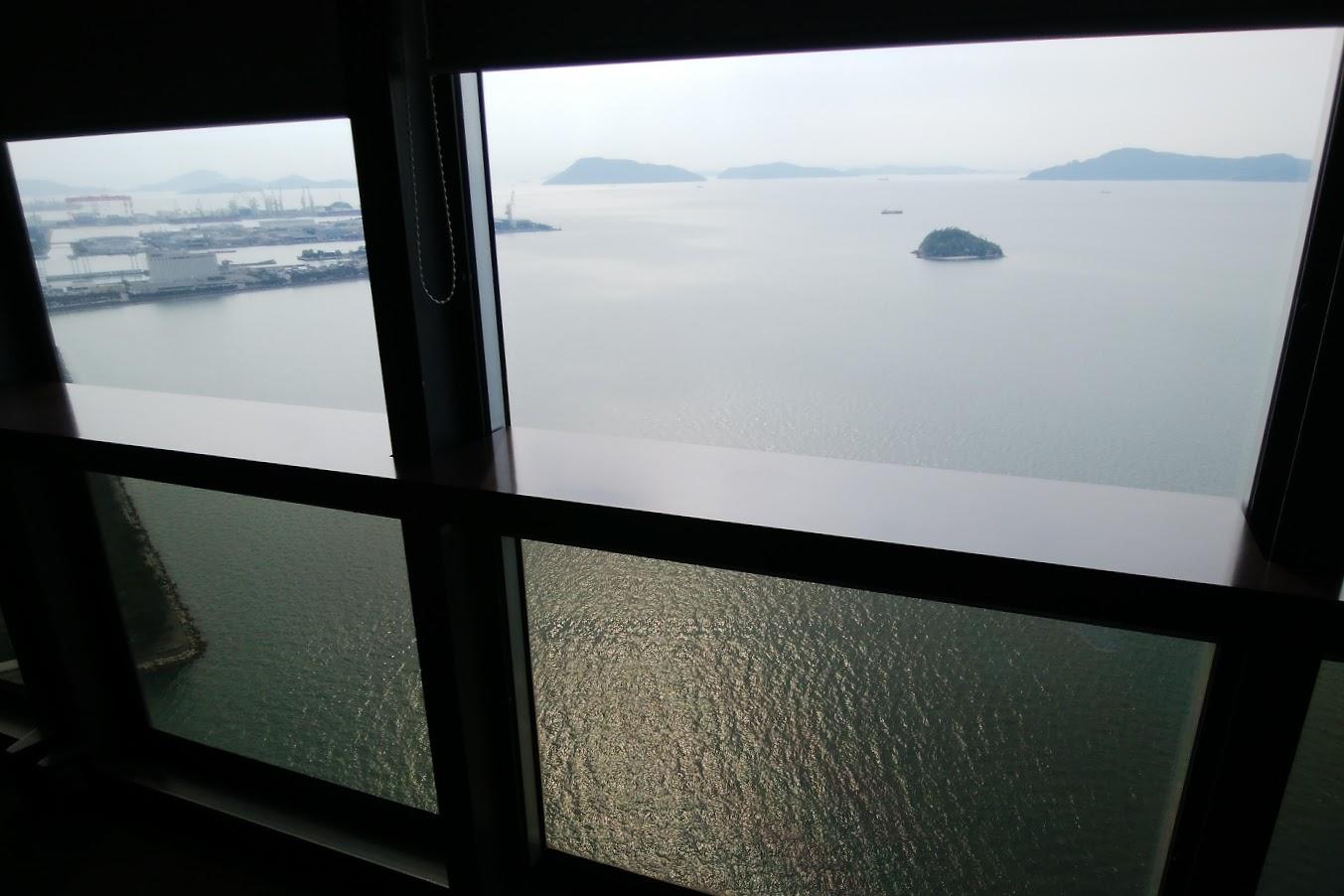 宇多津ゴールドタワーから見る瀬戸内海高見島