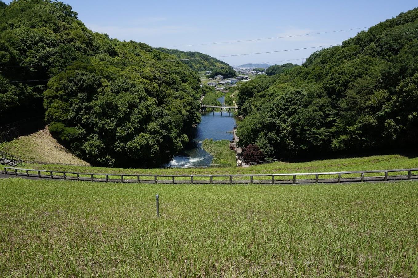 満濃池堤防から見るほたる見公園