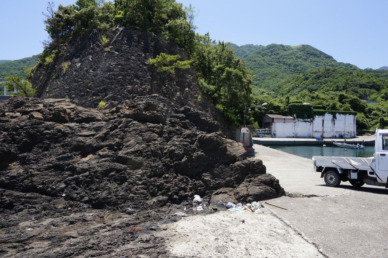 北灘町碁浦漁港傍の崖