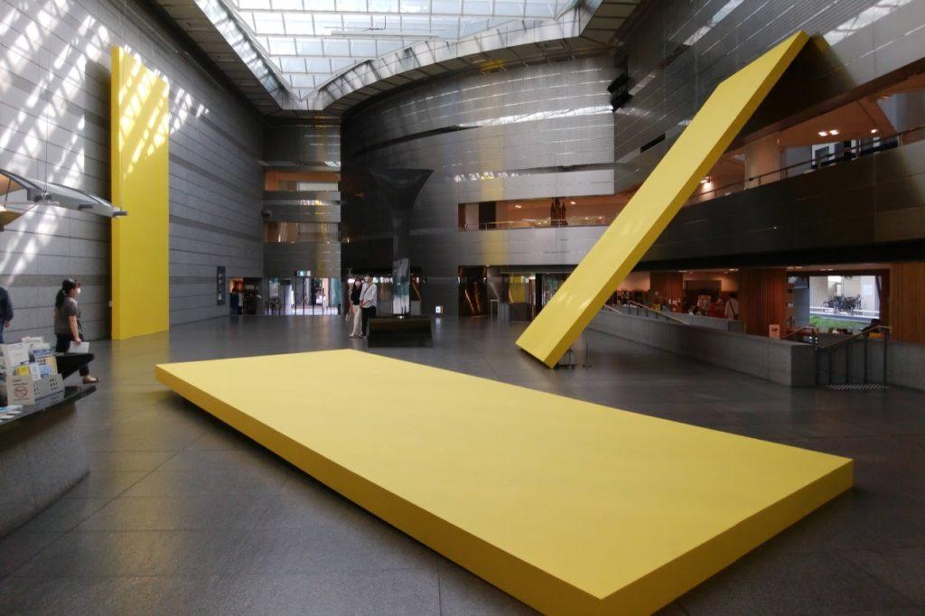 高松市美術館特別企画「飯川雄大 デコレータークラブ―知覚を拒む」