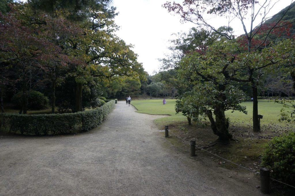 秋の栗林公園 芝生広場
