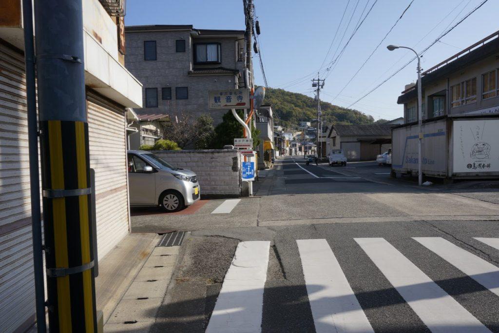 坂手港から山へ向かう交差点