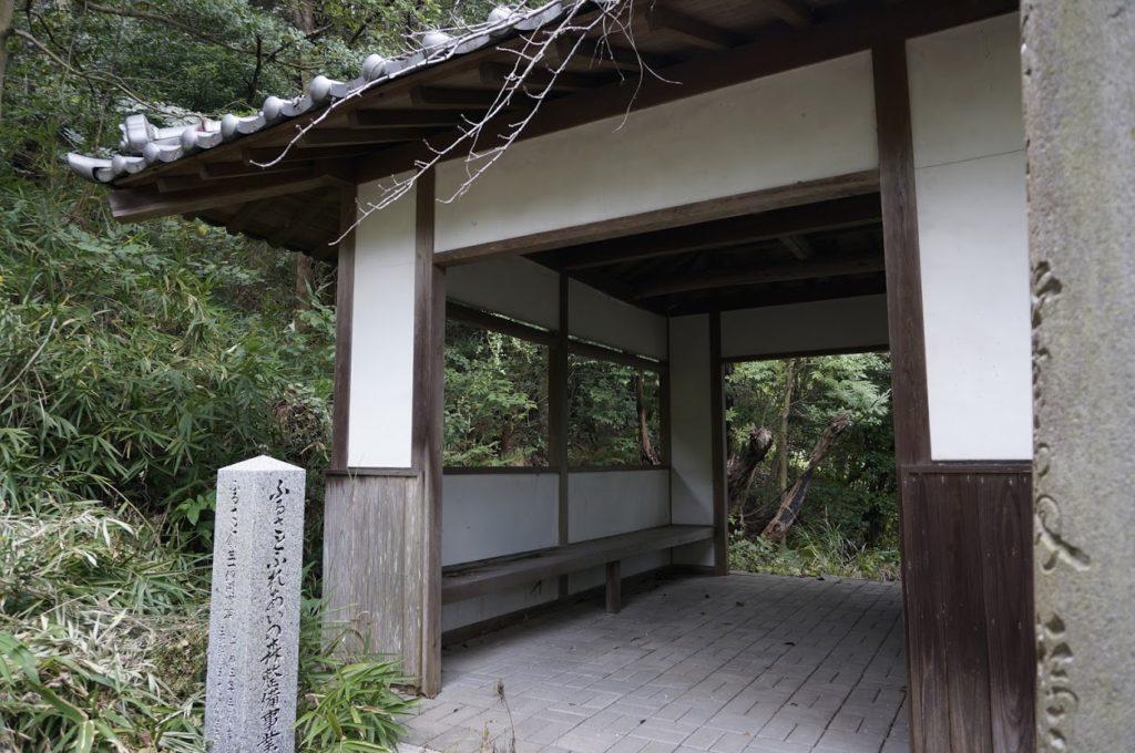 讃岐十景汐木山荒魂神社参道の鳥居そばの東屋