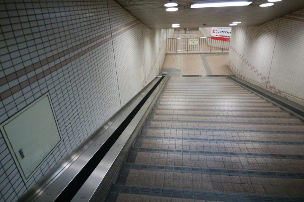 瓦町駅東口地階への入口