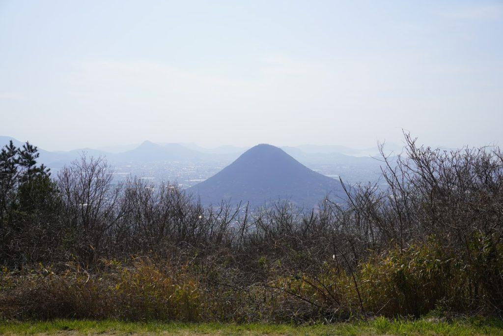 城山山頂園地から讃岐富士(飯野山)