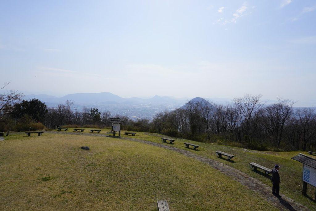 城山山頂展望台から讃岐富士(飯野山)、象頭山