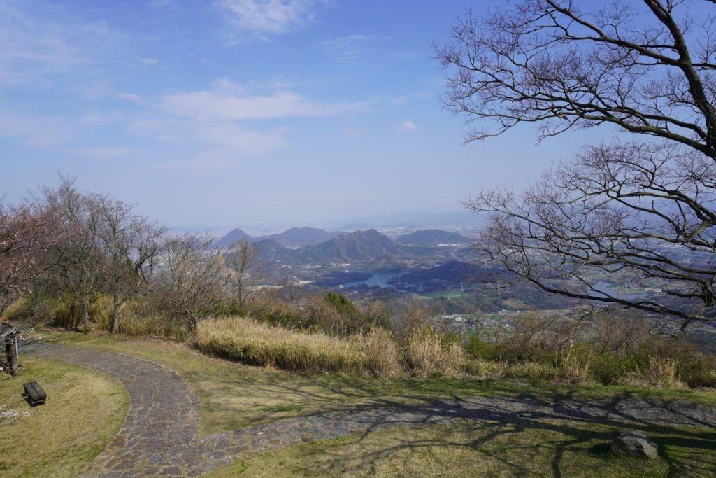 城山山頂展望台から一本榎と府中湖