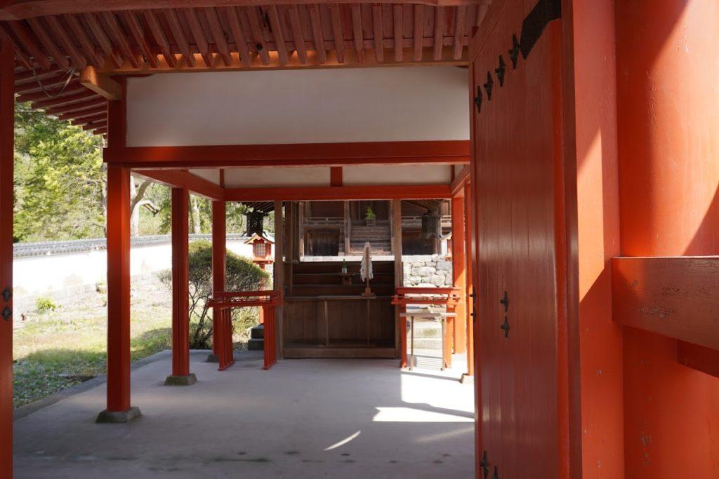神谷神社国宝本殿が奥に見える