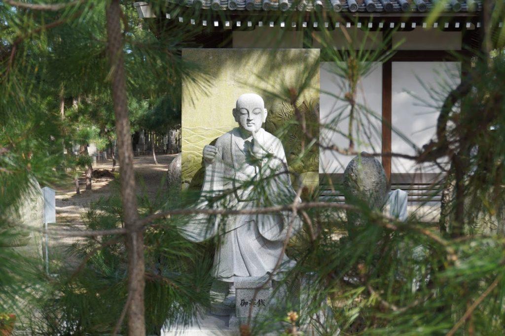 讃岐国分寺参道から見た大師像