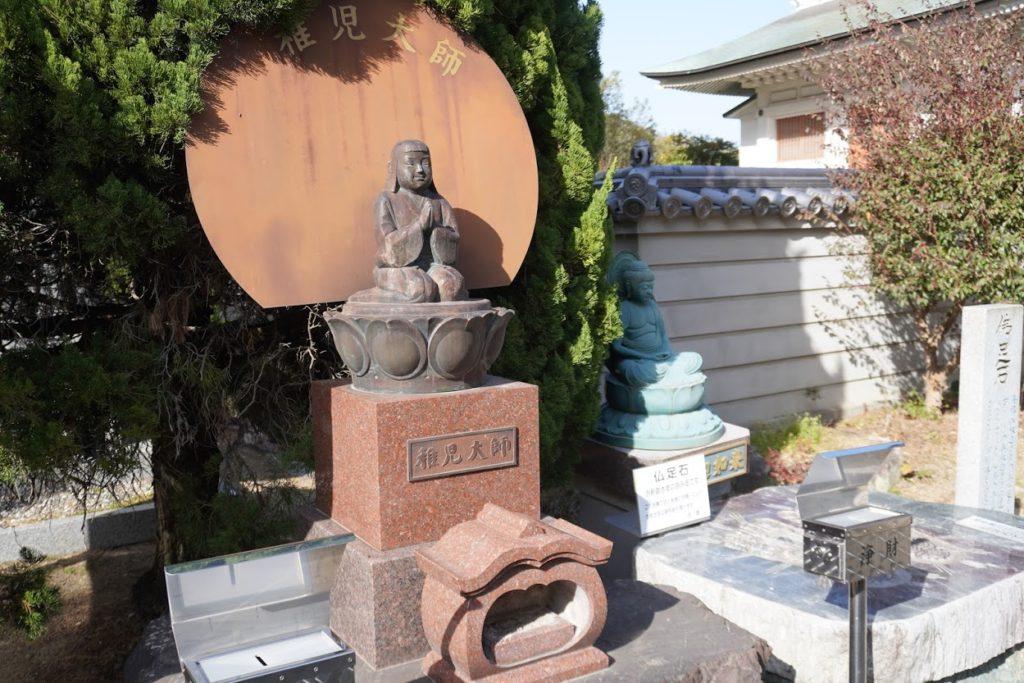 讃岐国分寺 大師堂、納経所入口の稚児大師