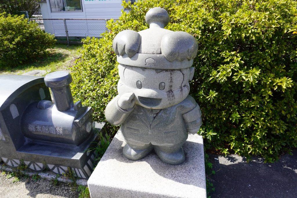 JR鬼無駅の桃太郎電鉄桃太郎石像