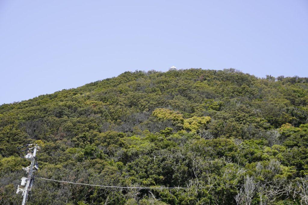 室戸岬駐車場から室戸岬灯台を見上げる