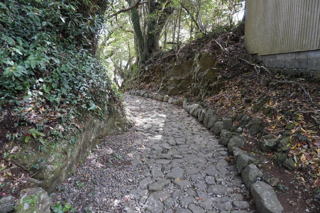 四国第十四番霊場最御崎寺仁王門前の遍路道