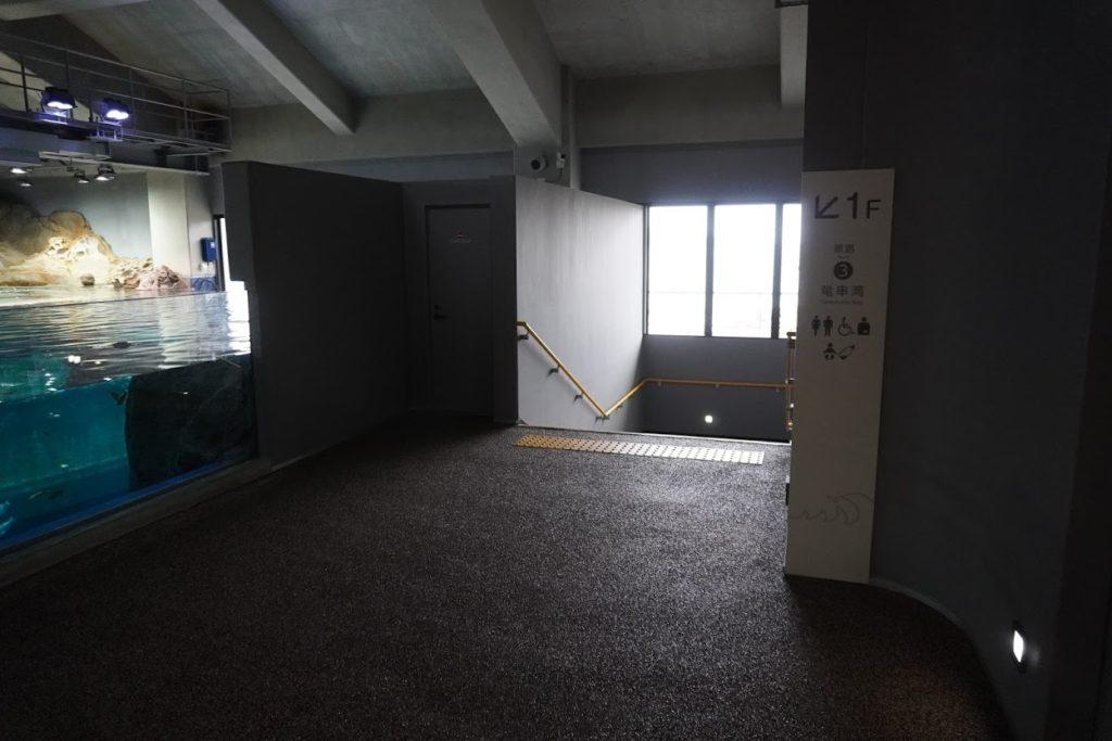 足摺海洋館SATOUMI 1階へ降りる階段