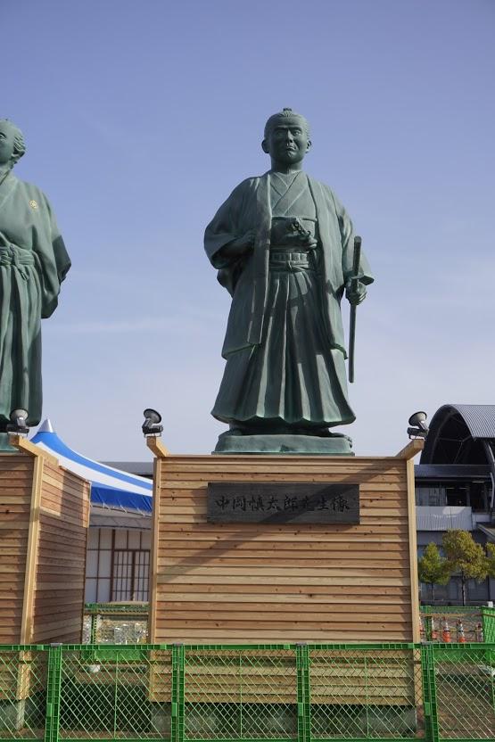 高知駅前 土佐三志士像 中岡慎太郎像
