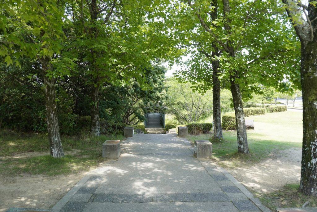 とらまる公園 ファンシープラザから屋外劇場へ抜ける道