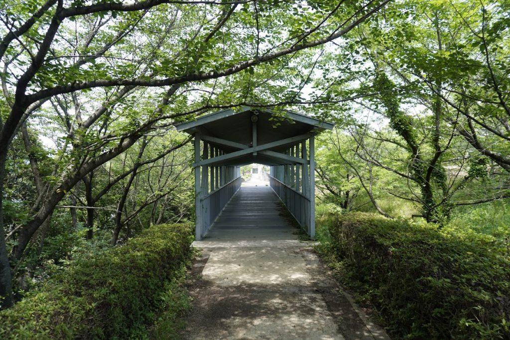 とらまる公園 ファンシープラザから屋外劇場へ抜ける道の小橋