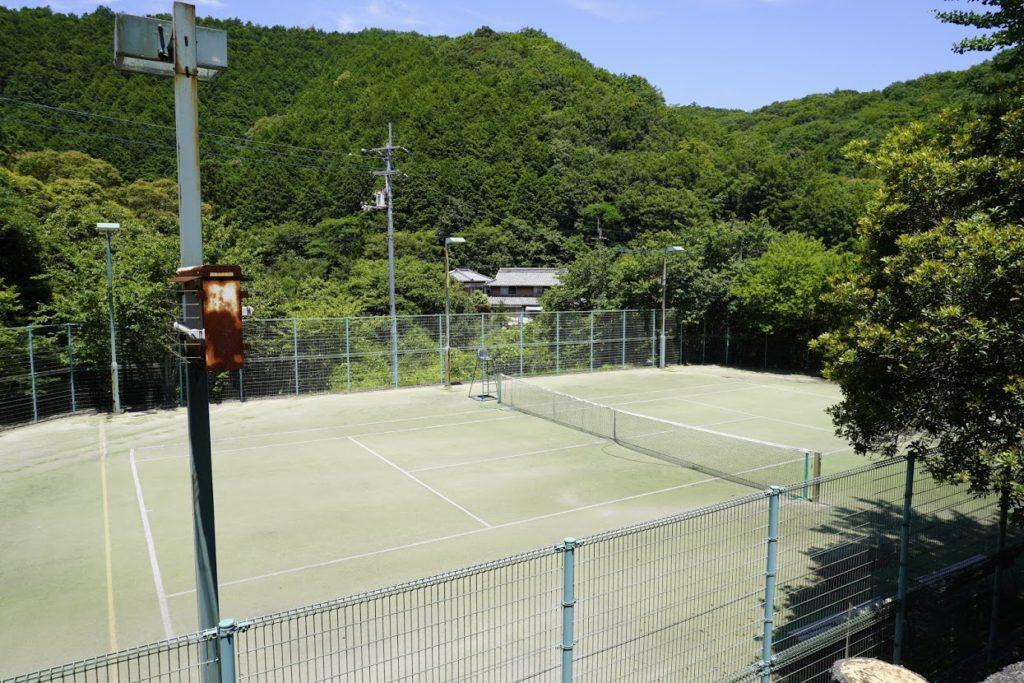 白鳥温泉あじさいロード奥のテニスコート