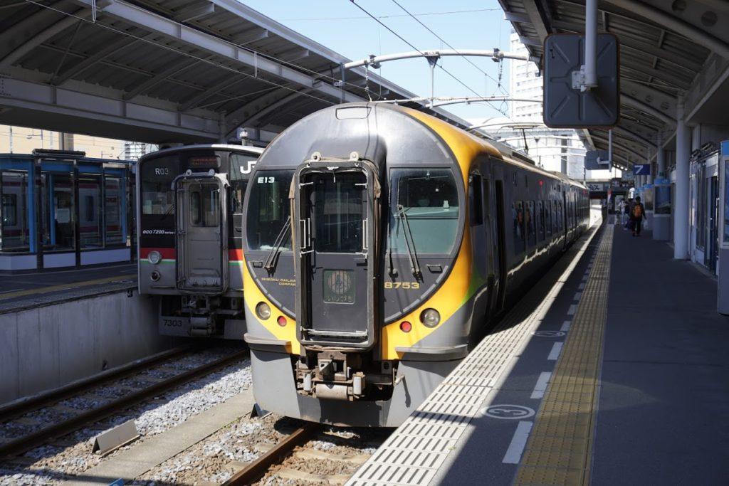 高松駅に予讃線特急いしずち