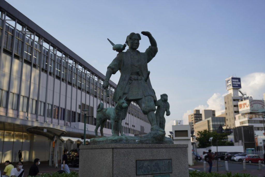 岡山駅前広場の桃太郎銅像