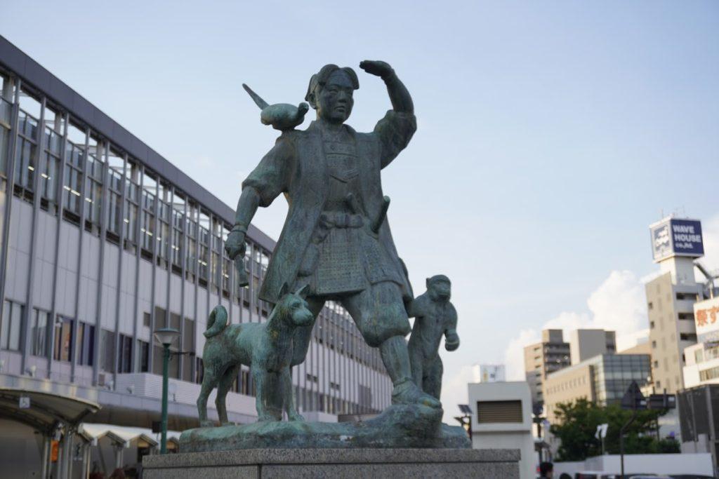 岡山駅前桃太郎像の向き