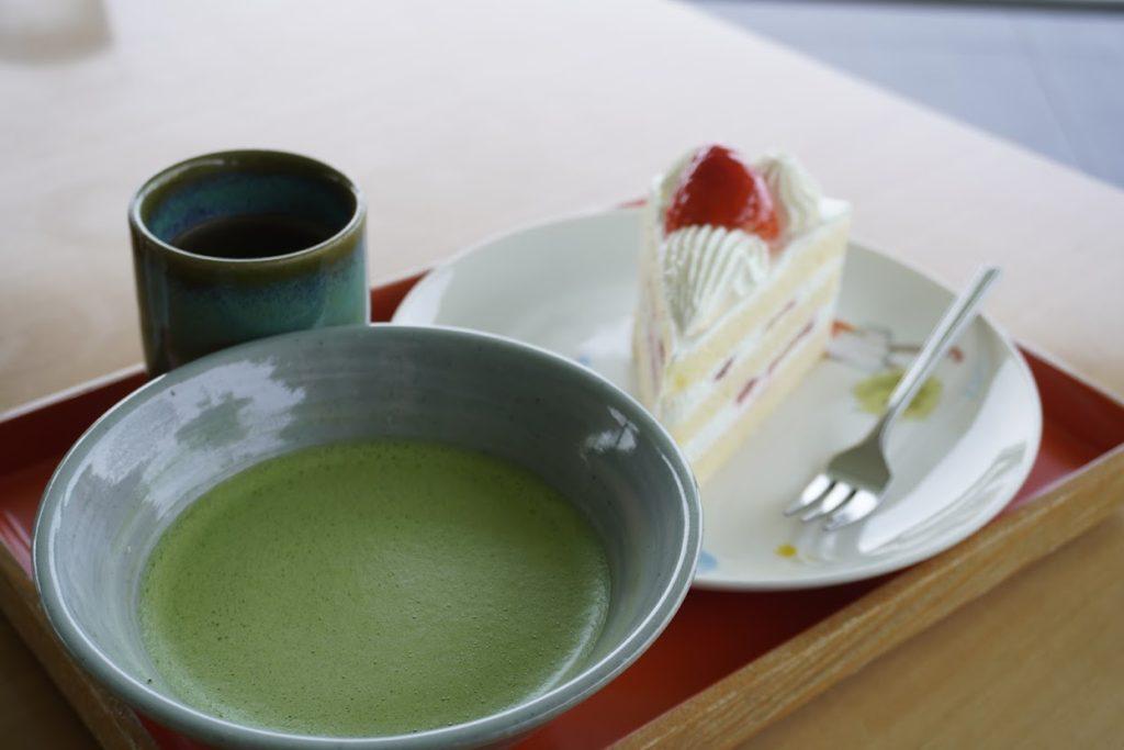 東山魁夷せとうち美術館カフェなぎさイチゴショートと抹茶