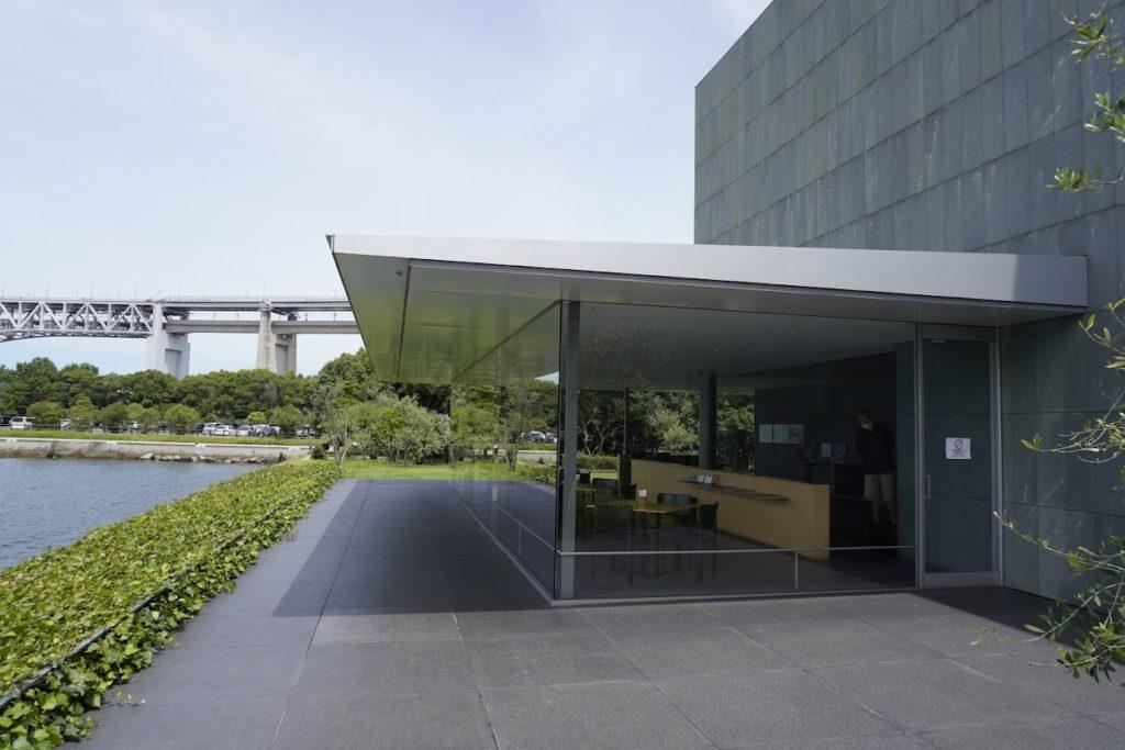 東山魁夷せとうち美術館カフェなぎさの屋外